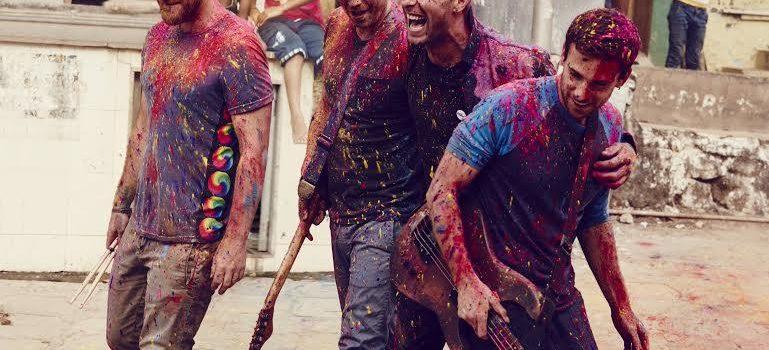 Impronte ecologiche e braccialetti spiritati: le avventure on the road dei Coldplay