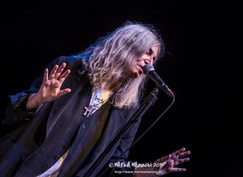 "Patti Smith e Michael Stipe cantano ""People Have The Power"" live – VIDEO"