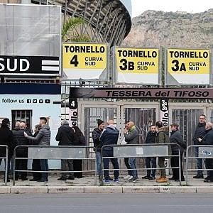 Palermo, tifosi in fila per la sfida al Frosinone