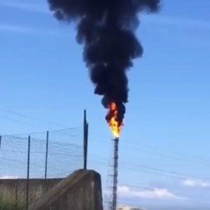 Lunga fumata nera alla raffineria di Milazzo