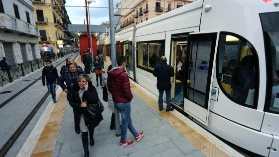 Palermo, raid contro l'Amat: ferito controllore su tram e sasso contro bus