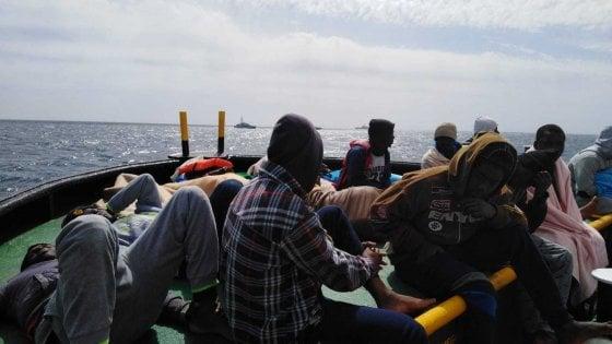 Migranti, la Mare Jonio entra nel porto di Lampedusa e la Finanza la sequestra. I migranti scendono tutti a terra