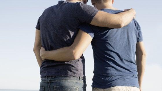 Trapani, il Comune non riconosce la doppia paternità delle coppie gay: è polemica