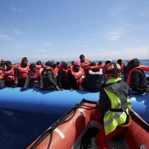 """Palermo, Orlando offre il porto alla nave dei migranti: """"Vengano qui"""""""