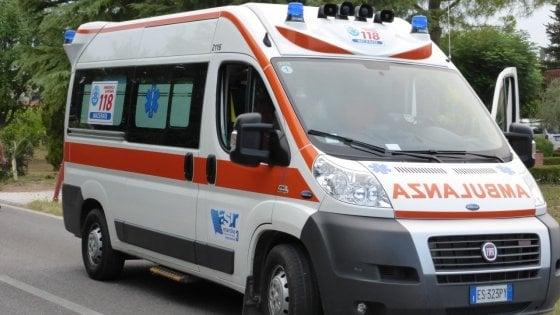 Palermo, incidente allo Zen: auto si ribalta, gravi due bambini